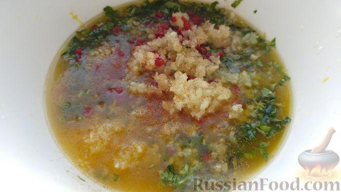 Фото приготовления рецепта: Свинина, запечённая в рукаве, с соусом из чеснока, зелени и лимона - шаг №14