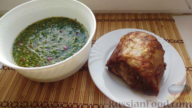 Фото приготовления рецепта: Свинина, запечённая в рукаве, с соусом из чеснока, зелени и лимона - шаг №15