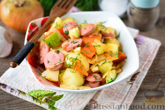 Фото к рецепту: Рагу с кабачком, картошкой, капустой и сосисками