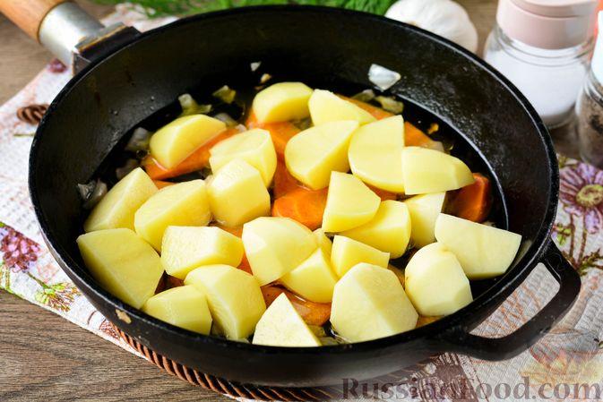 Фото приготовления рецепта: Рагу с кабачком, картошкой, капустой и сосисками - шаг №5