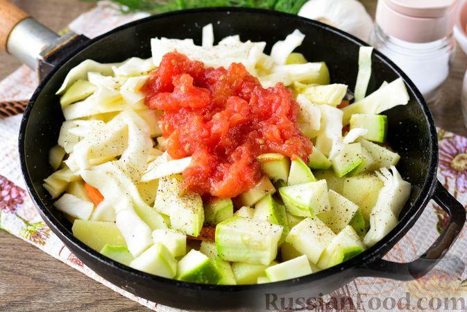 Фото приготовления рецепта: Рагу с кабачком, картошкой, капустой и сосисками - шаг №9