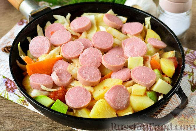 Фото приготовления рецепта: Рагу с кабачком, картошкой, капустой и сосисками - шаг №11