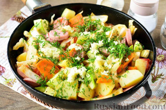 Фото приготовления рецепта: Рагу с кабачком, картошкой, капустой и сосисками - шаг №13