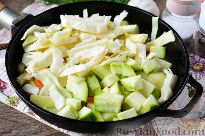Фото приготовления рецепта: Рагу с кабачком, картошкой, капустой и сосисками - шаг №8