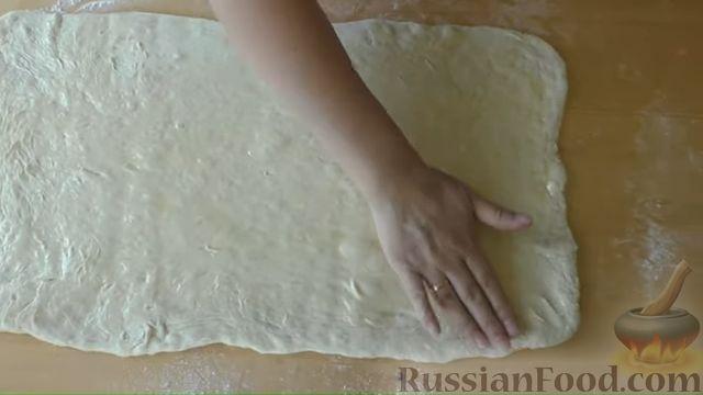 Фото приготовления рецепта: Хлебные слоистые булочки с сушёными травами - шаг №5