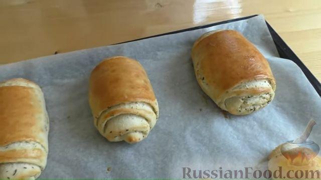 Фото приготовления рецепта: Хлебные слоистые булочки с сушёными травами - шаг №9