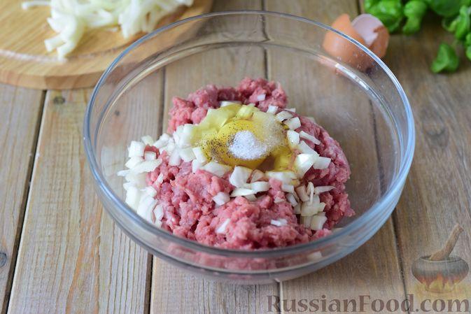 Фото приготовления рецепта: Тефтели из свинины, тушенные с фасолью, в томатном соусе - шаг №3