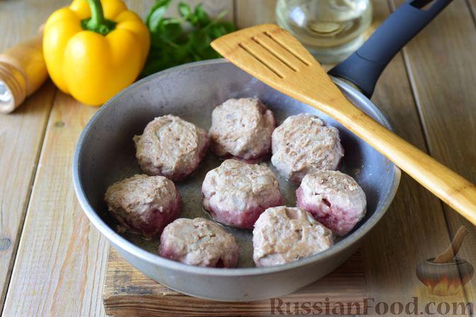 Фото приготовления рецепта: Тефтели из свинины, тушенные с фасолью, в томатном соусе - шаг №6