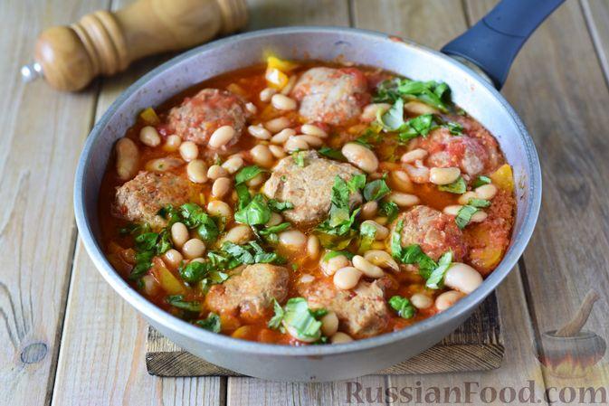 Фото приготовления рецепта: Тефтели из свинины, тушенные с фасолью, в томатном соусе - шаг №11