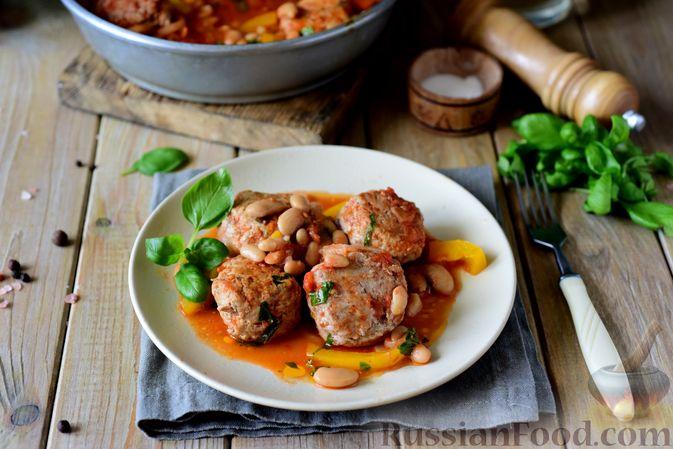 Фото приготовления рецепта: Тефтели из свинины, тушенные с фасолью, в томатном соусе - шаг №12