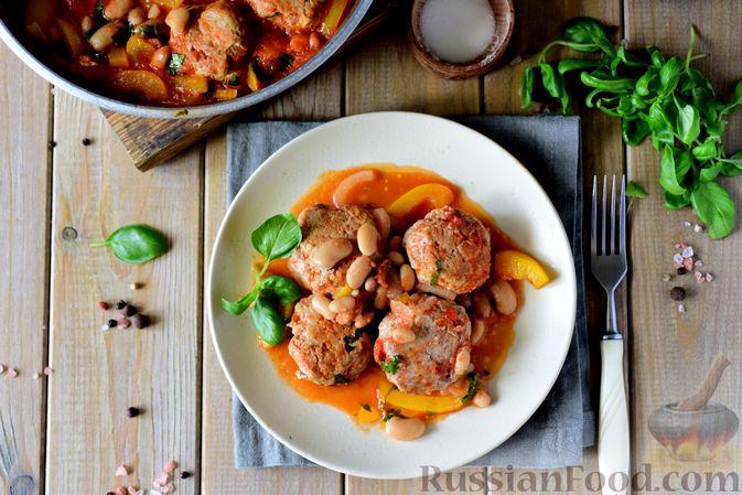 Фото приготовления рецепта: Тефтели из свинины, тушенные с фасолью, в томатном соусе - шаг №13