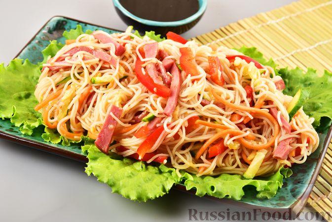 Фото к рецепту: Салат с фунчозой, мясом, морковью по-корейски и овощами