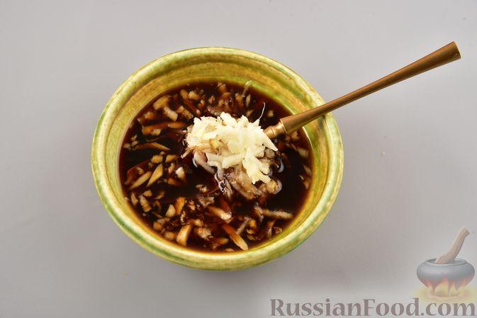 Фото приготовления рецепта: Салат с фунчозой, мясом, морковью по-корейски и овощами - шаг №9
