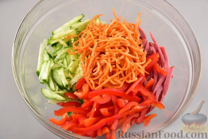 Фото приготовления рецепта: Салат с фунчозой, мясом, морковью по-корейски и овощами - шаг №7