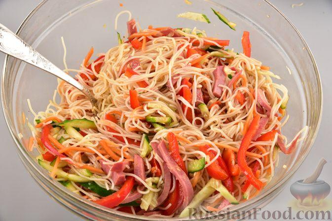 Фото приготовления рецепта: Салат с фунчозой, мясом, морковью по-корейски и овощами - шаг №11