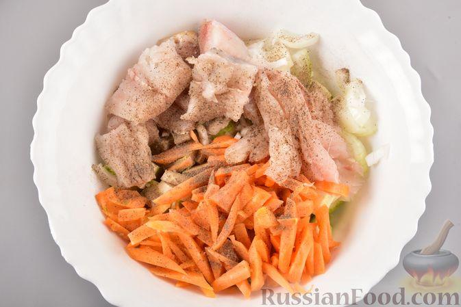Фото приготовления рецепта: Хек, запечённый с кабачком и морковью (в рукаве) - шаг №6