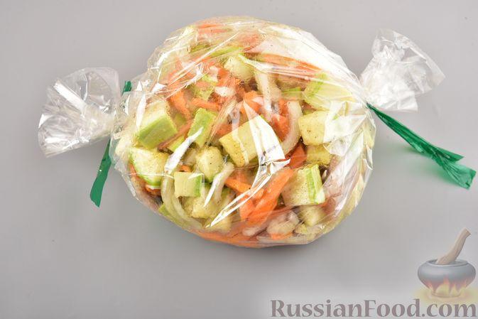 Фото приготовления рецепта: Хек, запечённый с кабачком и морковью (в рукаве) - шаг №7