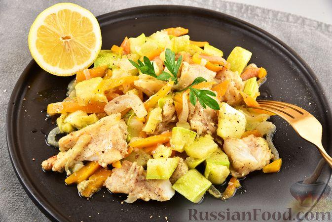 Фото приготовления рецепта: Хек, запечённый с кабачком и морковью (в рукаве) - шаг №8