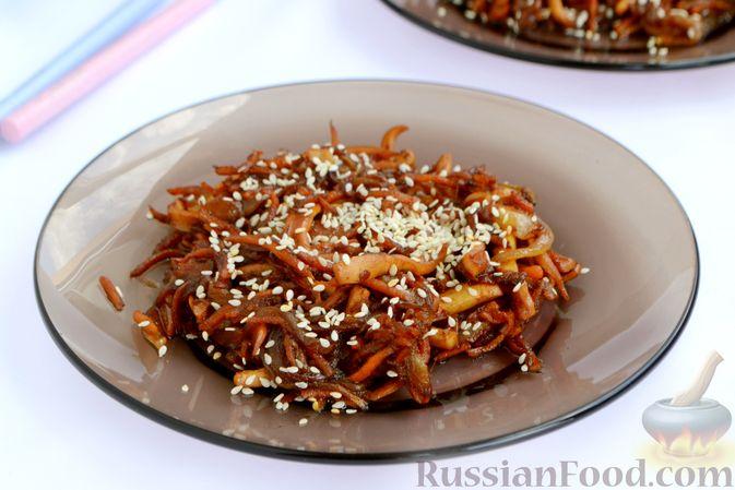 Фото к рецепту: Салат из кальмаров с жареным луком и морковью