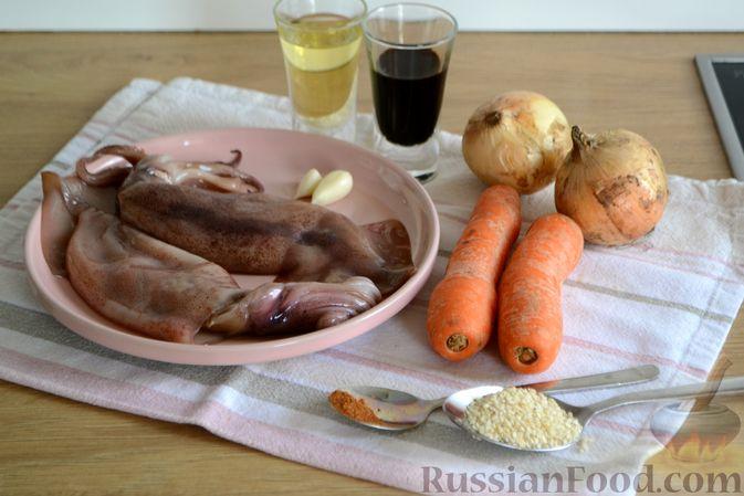 Фото приготовления рецепта: Салат из кальмаров с жареным луком и морковью - шаг №1