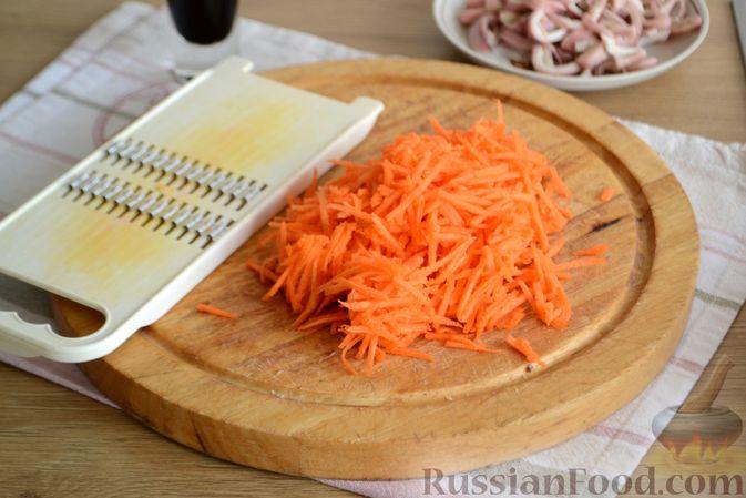Фото приготовления рецепта: Салат из кальмаров с жареным луком и морковью - шаг №7