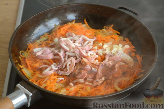 Фото приготовления рецепта: Салат из кальмаров с жареным луком и морковью - шаг №9