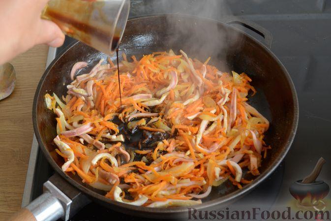 Фото приготовления рецепта: Салат из кальмаров с жареным луком и морковью - шаг №10
