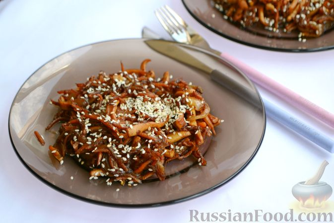 Фото приготовления рецепта: Салат из кальмаров с жареным луком и морковью - шаг №12