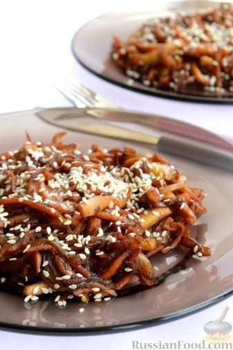 Фото приготовления рецепта: Салат из кальмаров с жареным луком и морковью - шаг №14