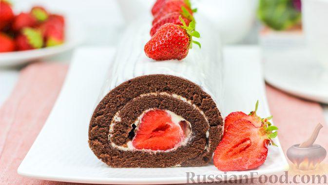 Фото к рецепту: Шоколадный рулет со сливочно-сырным кремом и клубникой