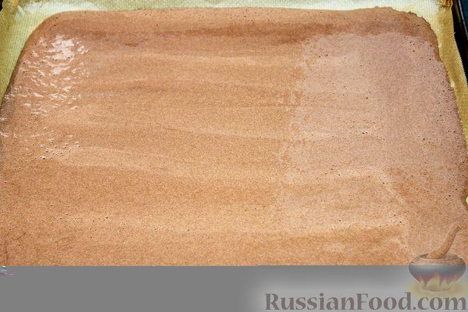 Фото приготовления рецепта: Шоколадный рулет со сливочно-сырным кремом и клубникой - шаг №5