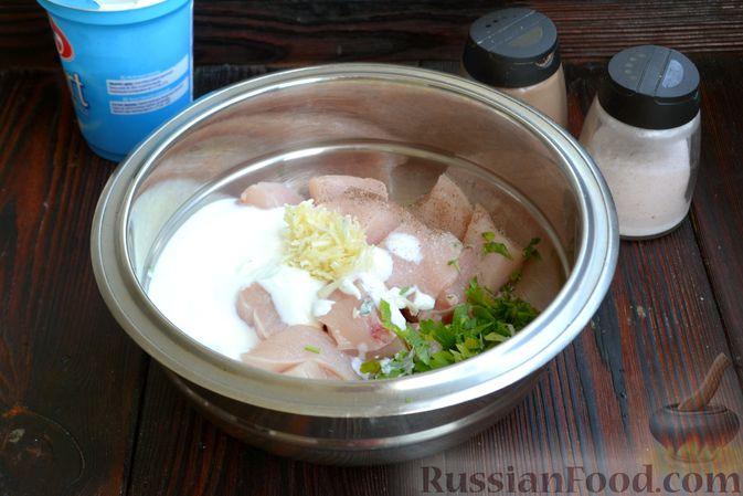 Фото приготовления рецепта: Шашлычки из куриного филе в йогуртовом маринаде, с беконом - шаг №4