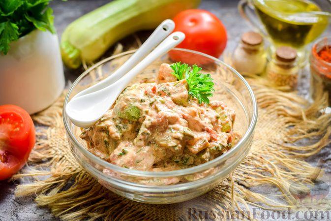 Фото к рецепту: Кабачки с помидорами и зеленью, тушенные в сметане