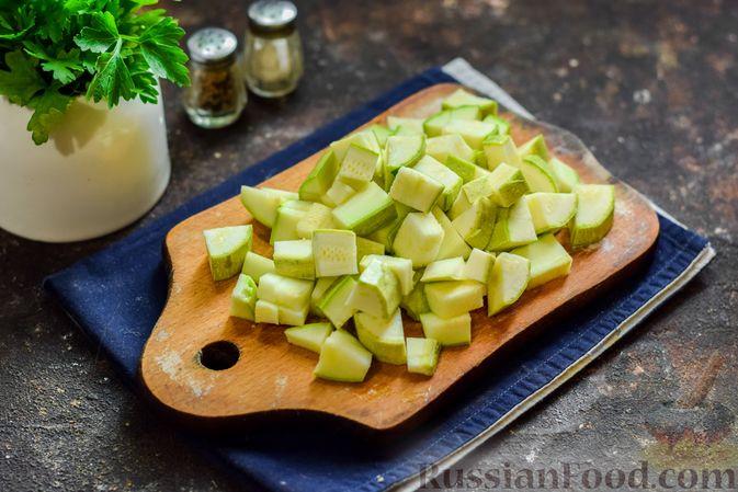 Фото приготовления рецепта: Кабачки с помидорами и зеленью, тушенные в сметане - шаг №2