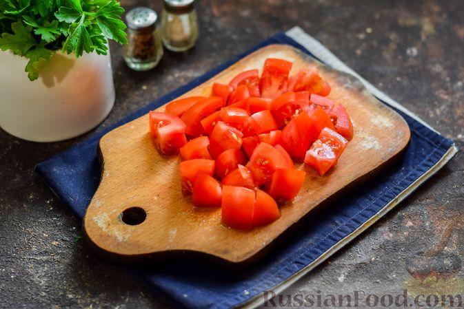 Фото приготовления рецепта: Кабачки с помидорами и зеленью, тушенные в сметане - шаг №3