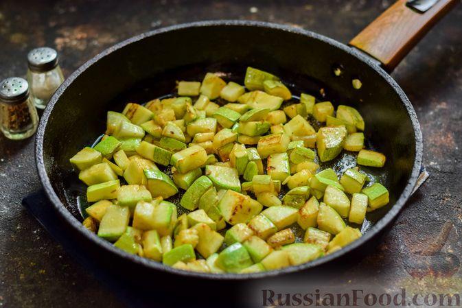 Фото приготовления рецепта: Кабачки с помидорами и зеленью, тушенные в сметане - шаг №5
