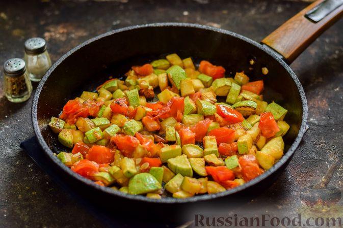 Фото приготовления рецепта: Кабачки с помидорами и зеленью, тушенные в сметане - шаг №7