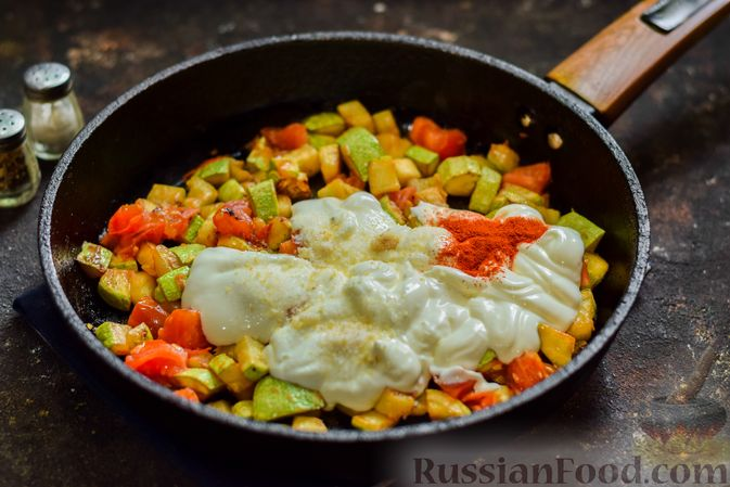 Фото приготовления рецепта: Кабачки с помидорами и зеленью, тушенные в сметане - шаг №8