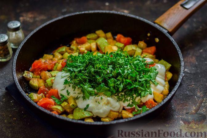 Фото приготовления рецепта: Кабачки с помидорами и зеленью, тушенные в сметане - шаг №9