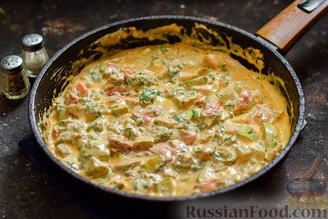 Фото приготовления рецепта: Кабачки с помидорами и зеленью, тушенные в сметане - шаг №10