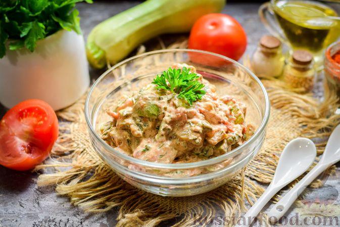 Фото приготовления рецепта: Кабачки с помидорами и зеленью, тушенные в сметане - шаг №11