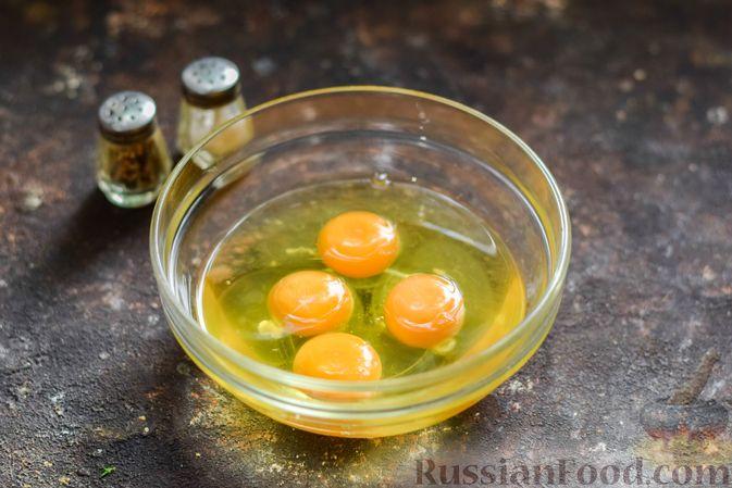 Фото приготовления рецепта: Омлет с творогом - шаг №2