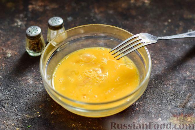 Фото приготовления рецепта: Омлет с творогом - шаг №3