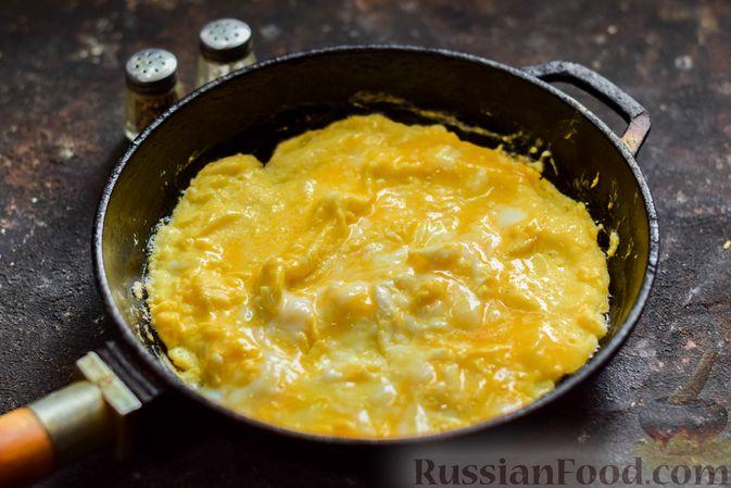 Фото приготовления рецепта: Омлет с творогом - шаг №5