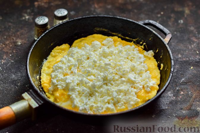 Фото приготовления рецепта: Омлет с творогом - шаг №6