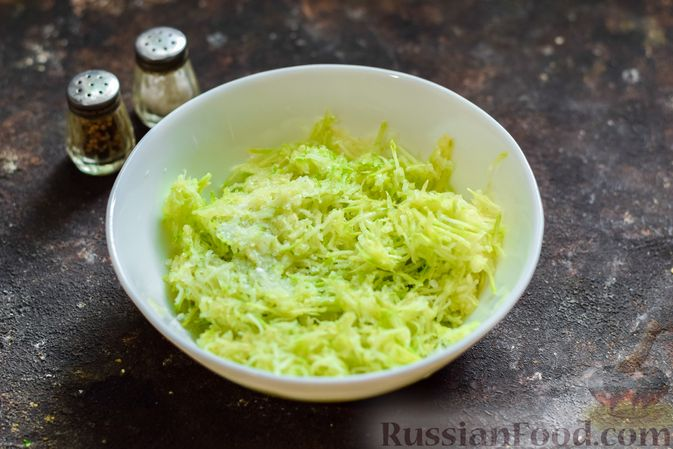 Фото приготовления рецепта: Кабачковый омлет-рулет с сырной начинкой - шаг №2