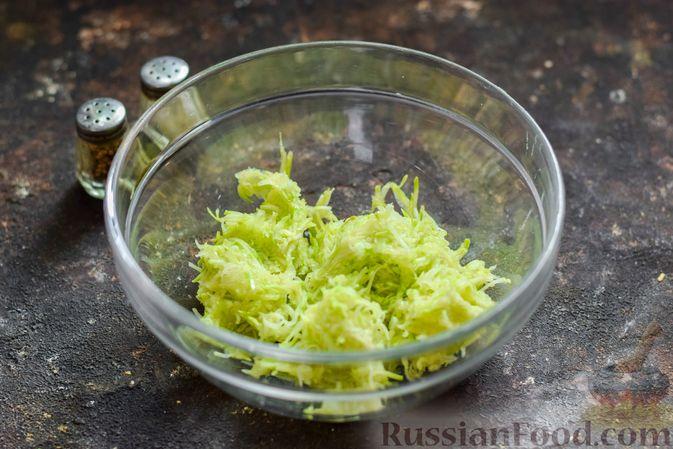 Фото приготовления рецепта: Кабачковый омлет-рулет с сырной начинкой - шаг №3