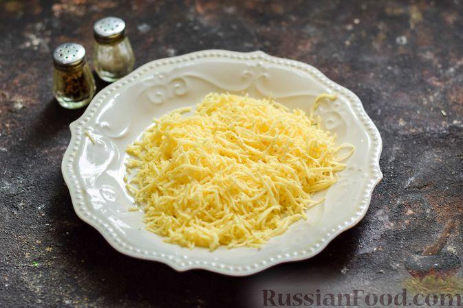 Фото приготовления рецепта: Кабачковый омлет-рулет с сырной начинкой - шаг №7