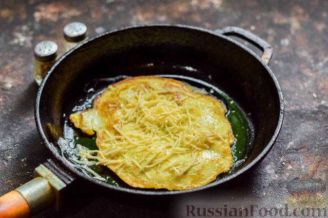 Фото приготовления рецепта: Кабачковый омлет-рулет с сырной начинкой - шаг №9