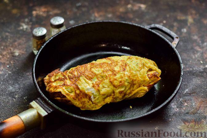 Фото приготовления рецепта: Кабачковый омлет-рулет с сырной начинкой - шаг №12